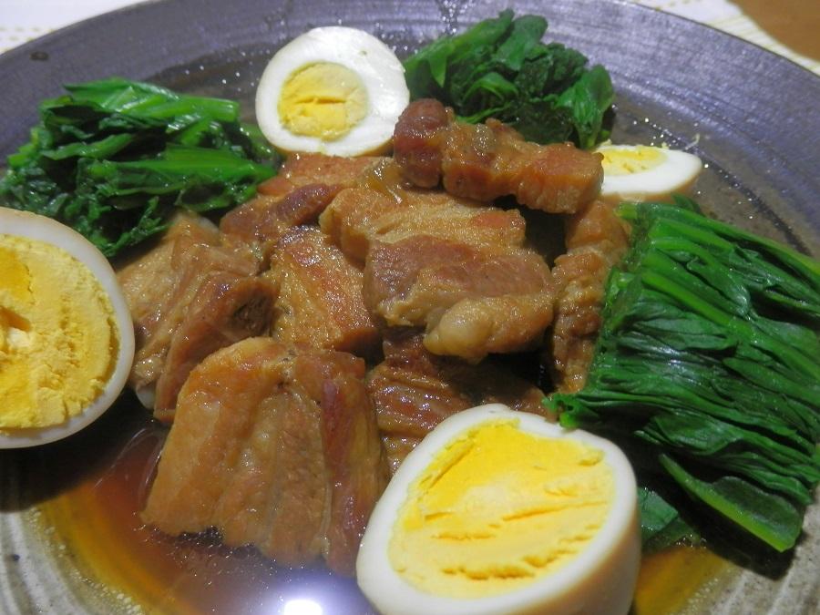 揚げ焼き豚肉とゆで卵の煮込み